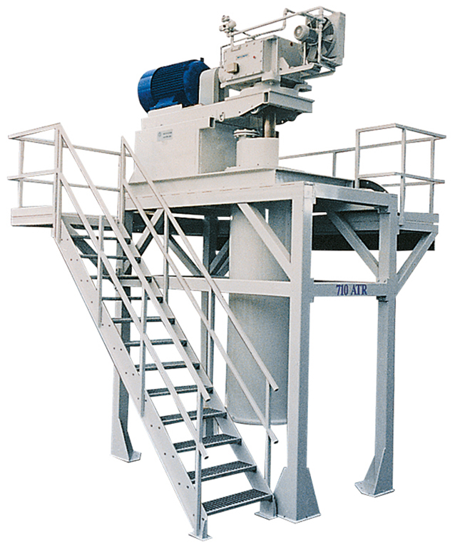 Vertical agitated dry media mill