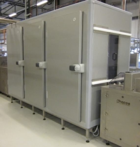 Vertical cooling tower for chocolate moulds