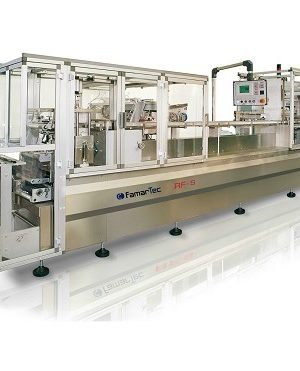 Packaging machine for syringes in trays